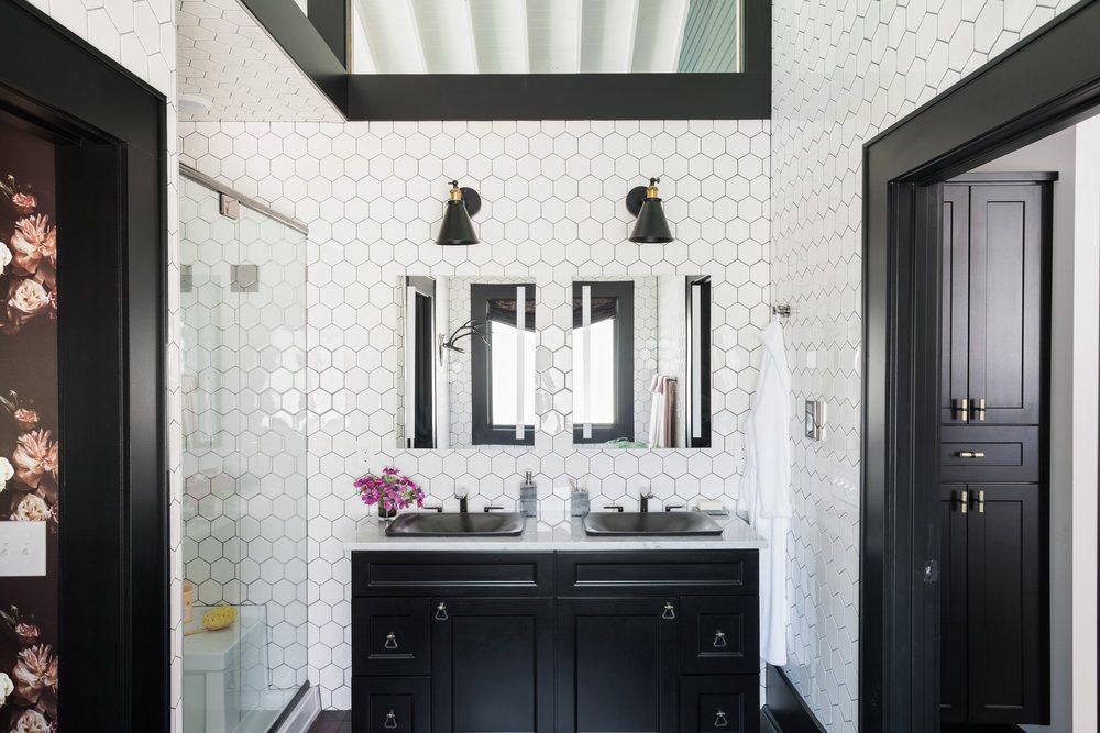 HGTV+Urban+Oasis+2017+-+Master+Bathroom